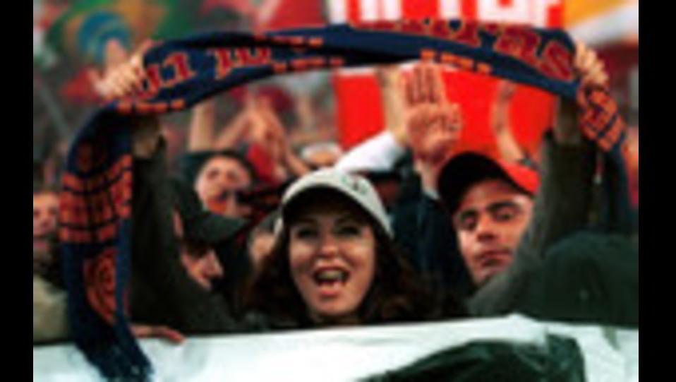 Sabrina Ferilli in curva tra gli ultras romanisti in curva sud ©