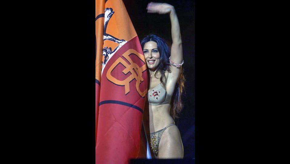 2001 - Sfilata sexy di Sabrina Ferilli al Circo Massimo per la festa dello scudetto della Roma ©