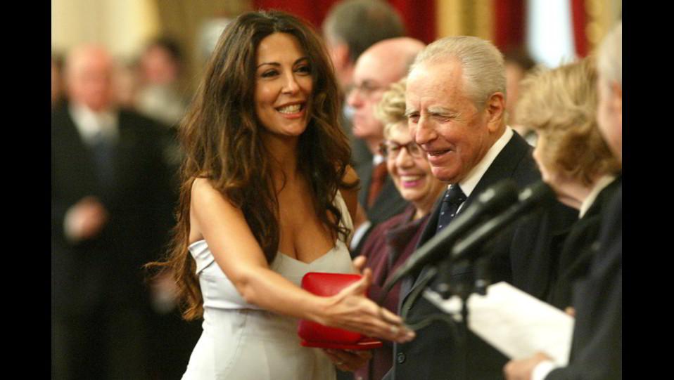 Il Presidente Ciampi con l'attrice Sabrina Ferilli mentre ritira il Premio Vittorio De Sica ©