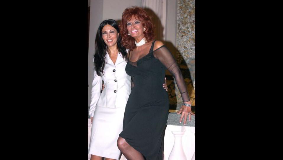 Sabrina Ferilli con Sophia Loren alla presentazione del film La terra del ritorno ©