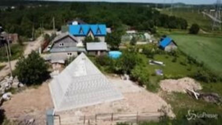 La piramide di Cheope in giardino, la strana idea di una coppia di russi