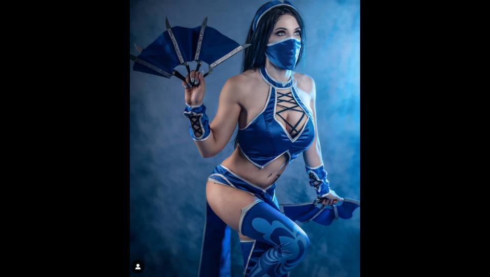 La cosplay Himorta nei panni del personaggio dei videogiochi Kitana di Mortal kombat (fonte Instagram) ©