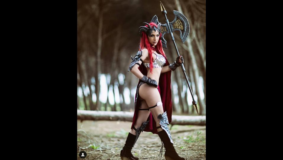La cosplay Himorta nei panni del personaggio dei videogiochi RedSonia la diavolessa con spada (fonte Instagram) ©