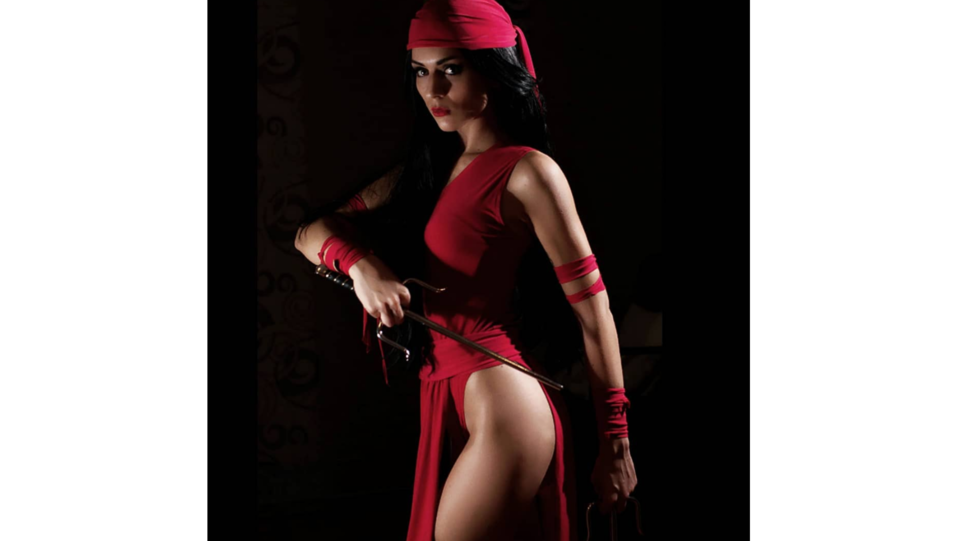 La cosplay Nilu Alice nei panni del personaggio dell'eroina Elektra (fonte Instagram) ©