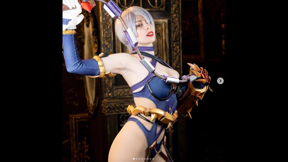 La cosplay Yurikotiger nei panni del personaggio Tira del videogioco Soulcalibur (fonte Instagram) ©