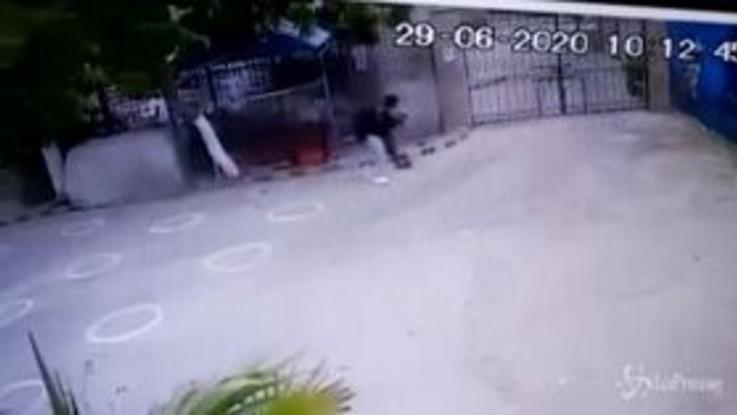 Karachi, l'inizio dell'attacco ripreso dalle telecamere di sicurezza
