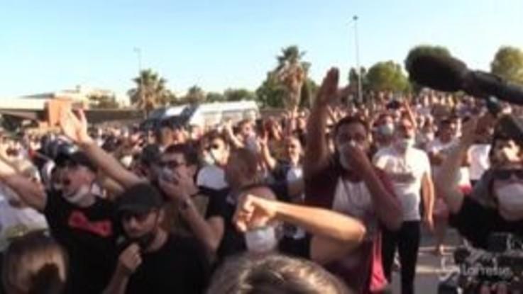 Mondragone, arriva Salvini e scoppia il caos: comizio interrotto