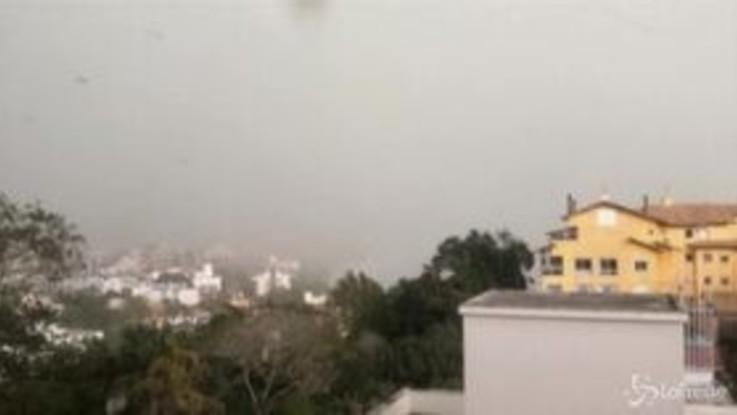 Una tempesta sferza il sud Brasile, il vento forte fa addirittura volare i tetti