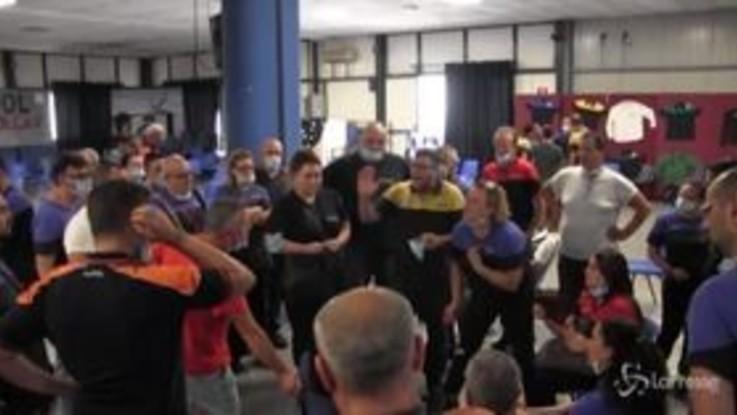 Whirlpool, rabbia e tensione tra gli operai durante l'assemblea straordinaria
