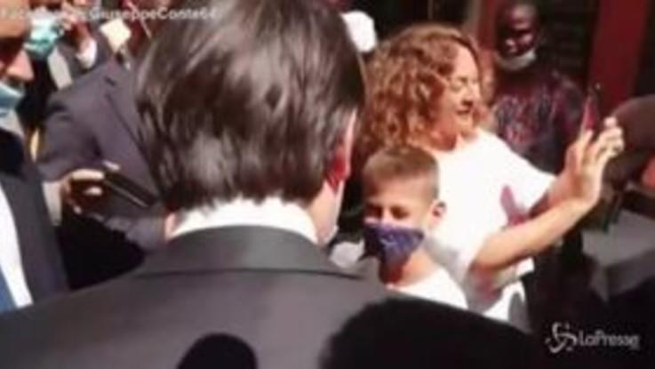 """Conte risponde a un bambino a via del Corso: """"Ce la metto tutta per far funzionare l'Italia"""""""