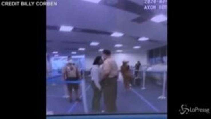 Florida: agente prede a pugni una donna