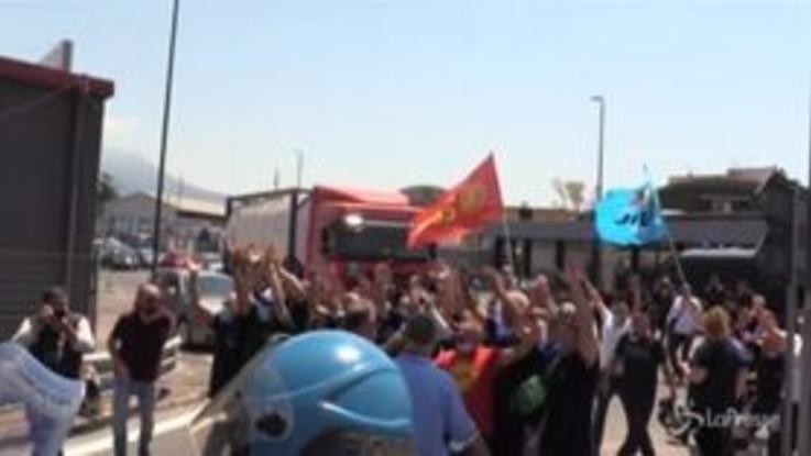 Napoli: operai Whirlpool in protesta, blocchi stradali e cori contro il governo