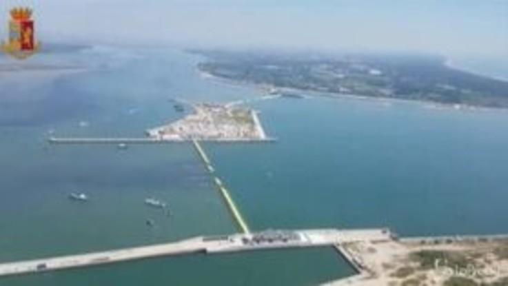 Venezia, le immagini del Mose dall'elicottero della polizia