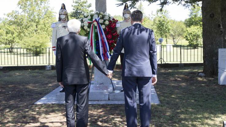 Foibe, Italia-Slovenia: Mattarella e Pahor si tengono per mano a Basovizza