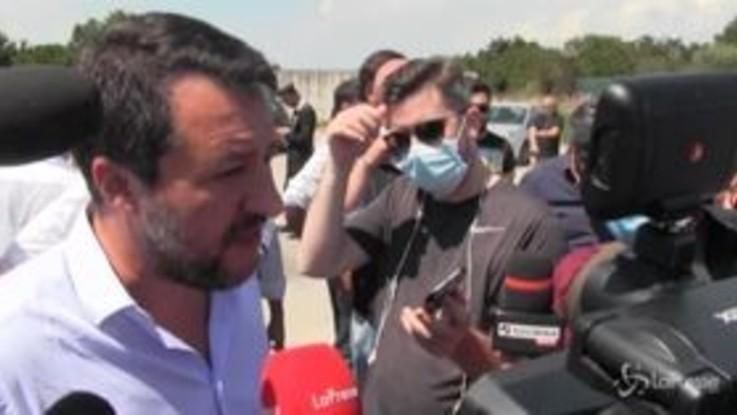 """Migranti, Salvini: """"Non devono sbarcare, se il governo cala le braghe pagano gli italiani"""""""
