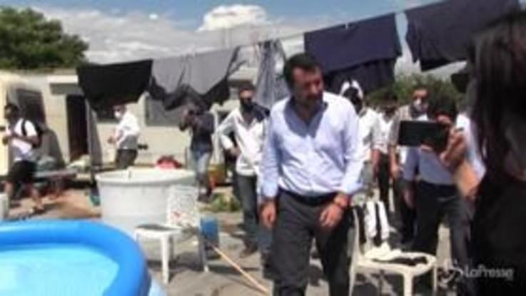 Salvini tra le baracche e i nomadi del campo rom di Giugliano