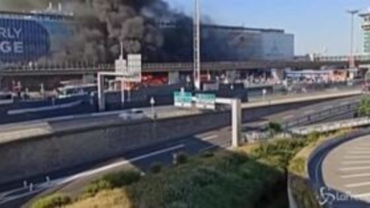 Parigi, bus in fiamme all'aeroporto di Orly