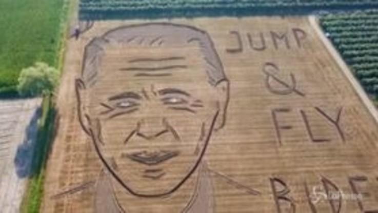 Land art: con un trattore realizza il ritratto di Joe Biden in un campo di grano vicino a Verona