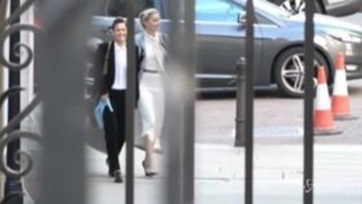Processo al tabloid Sun, l'arrivo di Amber Heard in tribunale
