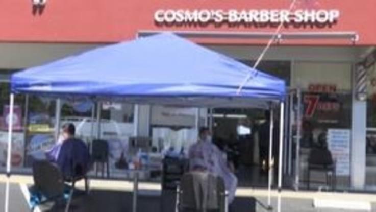 Coronavirus in California: i parrucchieri lavorano all'aperto