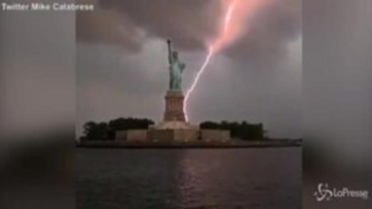 New York, un fulmine colpisce la Statua della Libertà: il video è virale