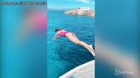 Elisabetta Canalis sexy sirenetta, il tuffo è da 10 e lode