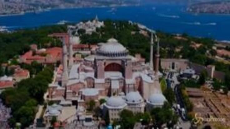 Istanbul, migliaia di fedeli in attesa della prima preghiera islamica a Santa Sofia