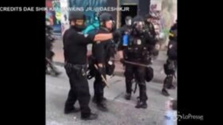 Usa, proteste a Seattle: cariche della polizia e spray al peperoncino sui manifestanti