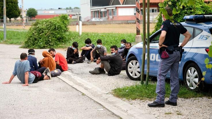 Migranti, a Caltanissetta presi 118 in fuga: proseguono le ricerche