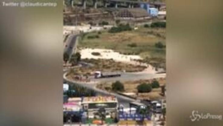 Migranti, fuga di massa dalla tensostruttura di Porto Empedocle