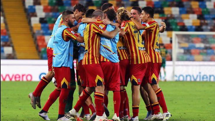 Lecce passa a Udine e spera ancora. Genoa travolto da Sassuolo, vince Verona
