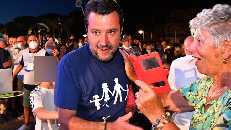 Salvini torna al Papeete: Non mollo. E lancia sfida a 'governo clandestino'
