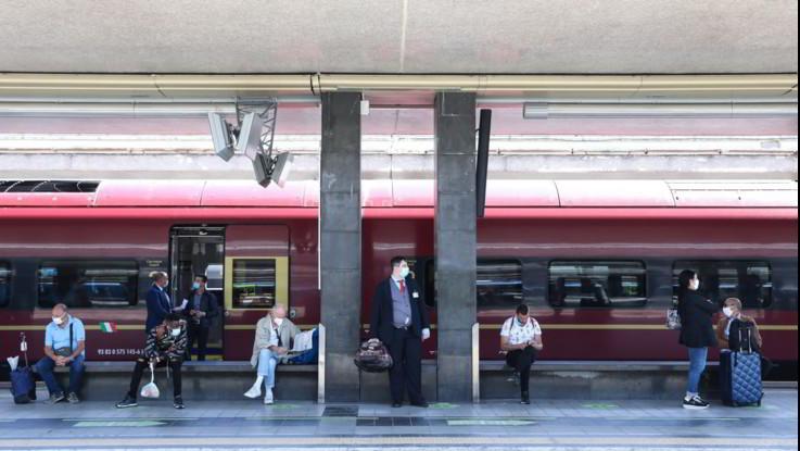 Treni, alt di Speranza: distanza resta. Mit: Mai autorizzato riempimento al 100%