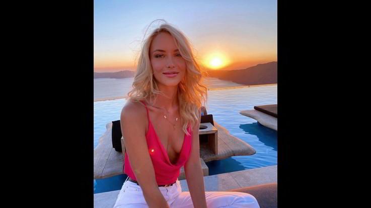 Scollatura profonda per Ema Kovac, e il tramonto di Santorini diventa hot