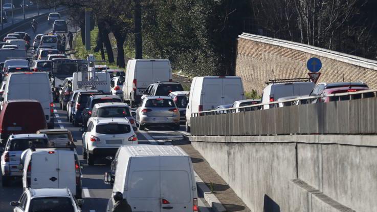 Traffico: oggi sabato da bollino nero, ma ogni anno passiamo 38 ore in coda