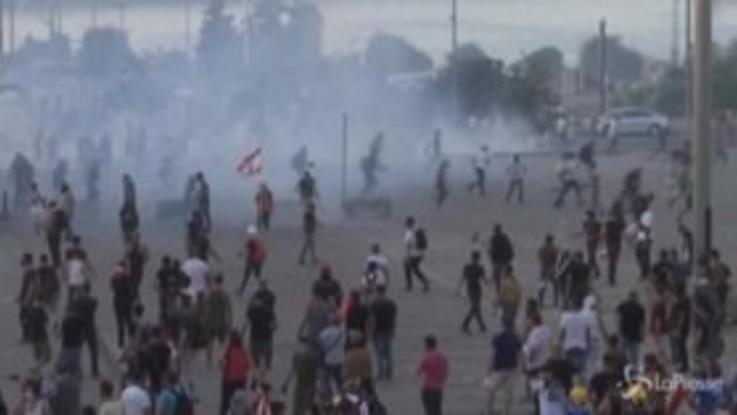 Beirut, rivolta nelle strade: scontri con la polizia