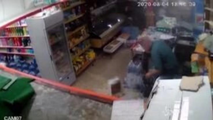 Beirut, le immagini dell'esplosione riprese dalle telecamere di un supermercato