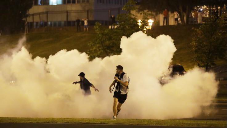 Bielorussia, le immagini degli scontri tra manifestanti e polizia