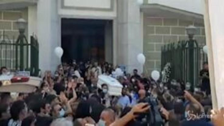 Napoli: dolore e commozione ai funerali di Maya, la 15enne travolta e uccisa da un'auto