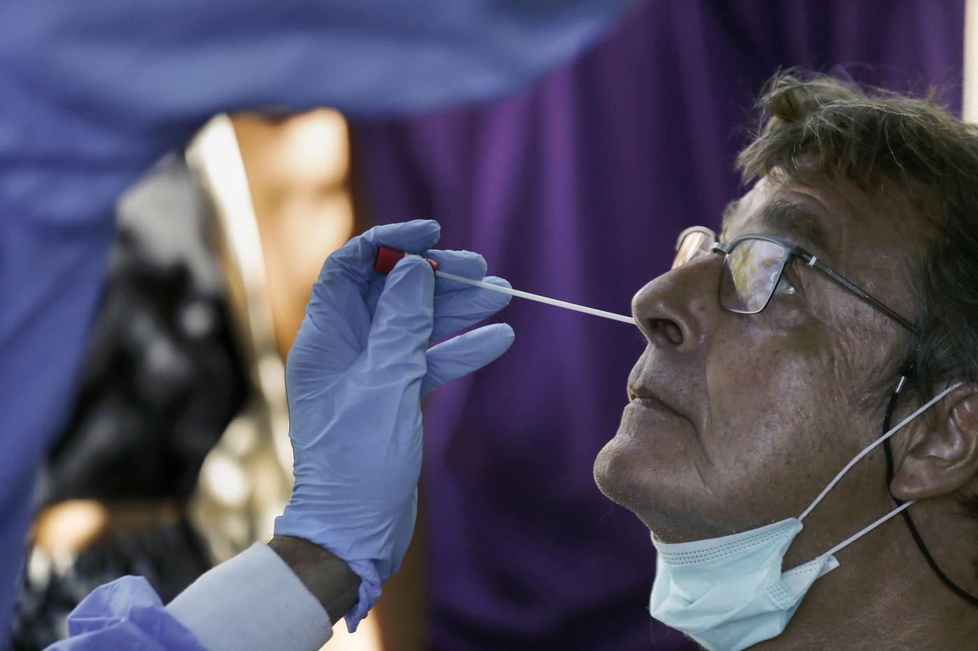 Covid, Gimbe: +61% di contagi settimanali, in discesa ricoveri e decessi