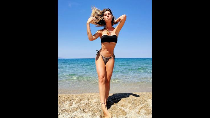 Bianca Atzei in perfetta forma, prova costume di fine estate superata