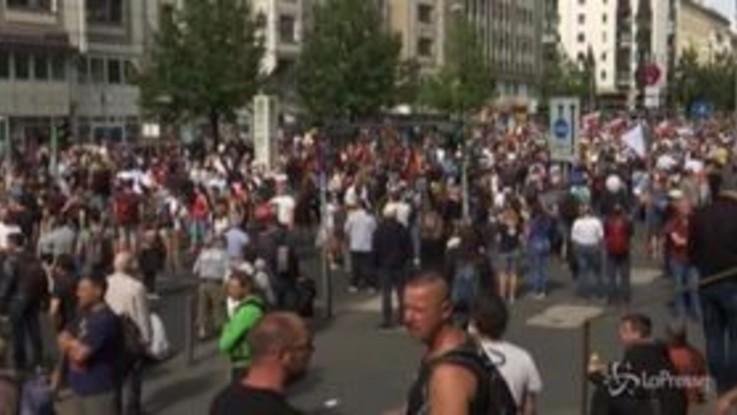 Coronavirus, decine di migliaia di persone in piazza a Berlino contro le misure restrittive
