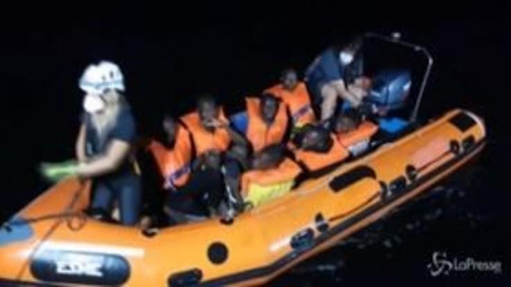 Nave finanziata da Banksy salva altri migranti nel Mediterraneo