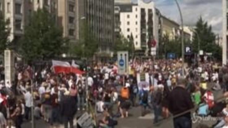 Berlino, la polizia scioglie il corteo contro le misure anti-Covid