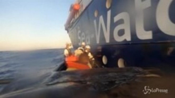 Sea Watch in aiuto della nave Banksy, il trasbordo dei migranti