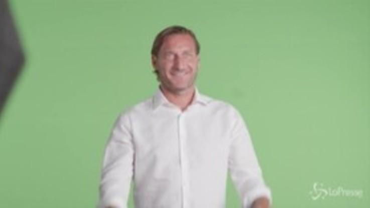 Totti torna in campo per un nuovo spot, il backstage è comico