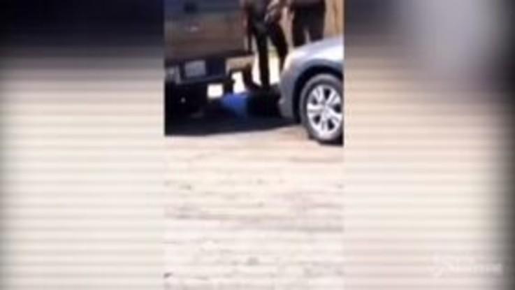 Usa, afroamericano ucciso dalla polizia a Los Angeles: il corpo a terra senza vita