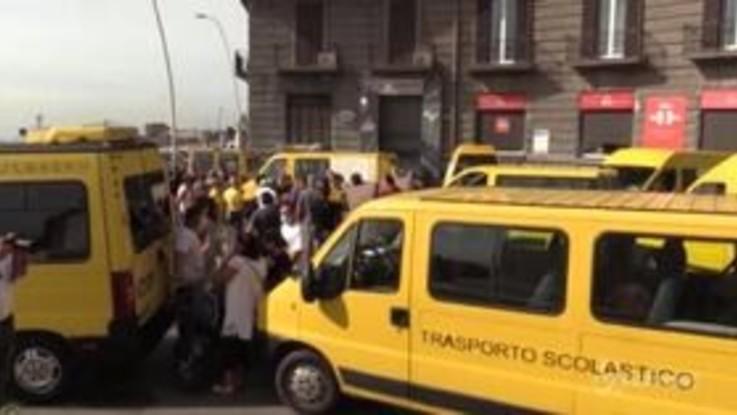 """Scuolabus, proteste a Napoli: """"Senza aiuti costretti ad abbandonare il servizio"""""""