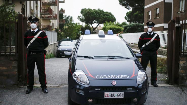 Salerno, neonato trovato morto in un'aiuola: fermati i genitori