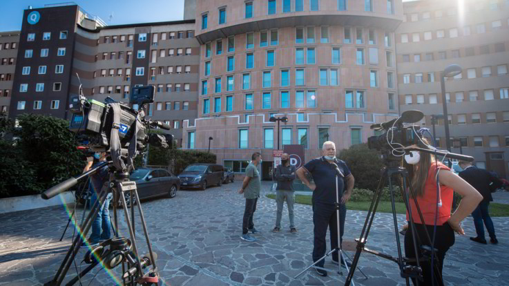 Il bollettino medico sulle condizioni di Berlusconi: Non è intubato e respira autonomamente
